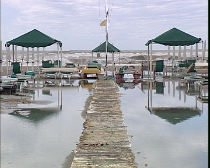 Mareggiata crea danni sul litorale noitv for Cabine al lago shadd