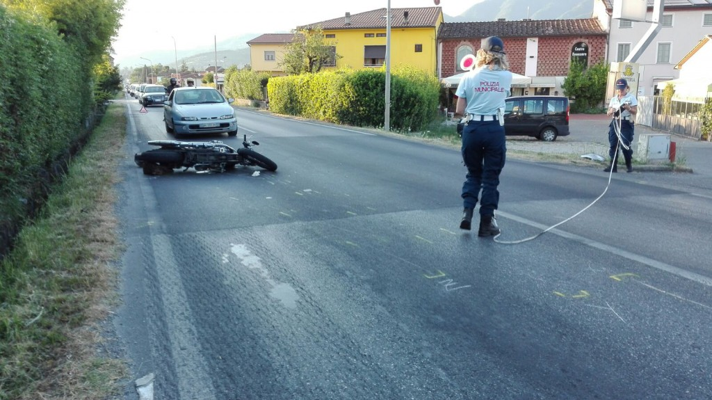 finisce con la moto contro un'auto in viale europa a marlia - noitv