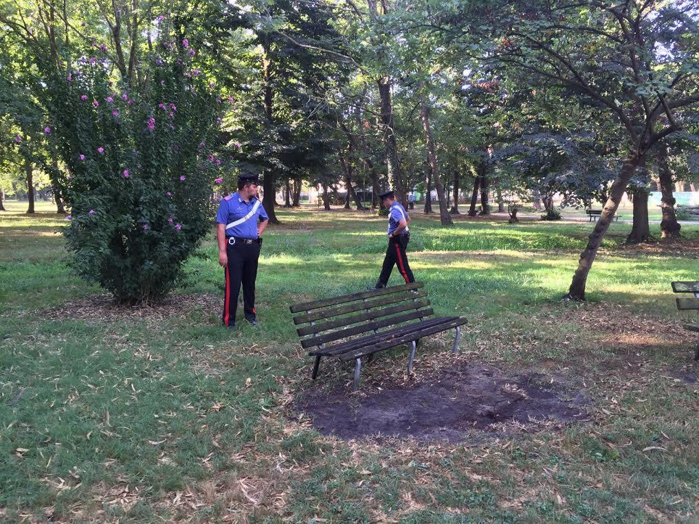 Viareggio, uomo trovato morto accoltellato su una panchina