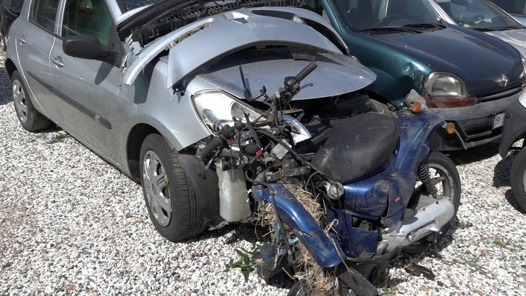 Scontro tra auto e scooter, muore una ragazza nella notte