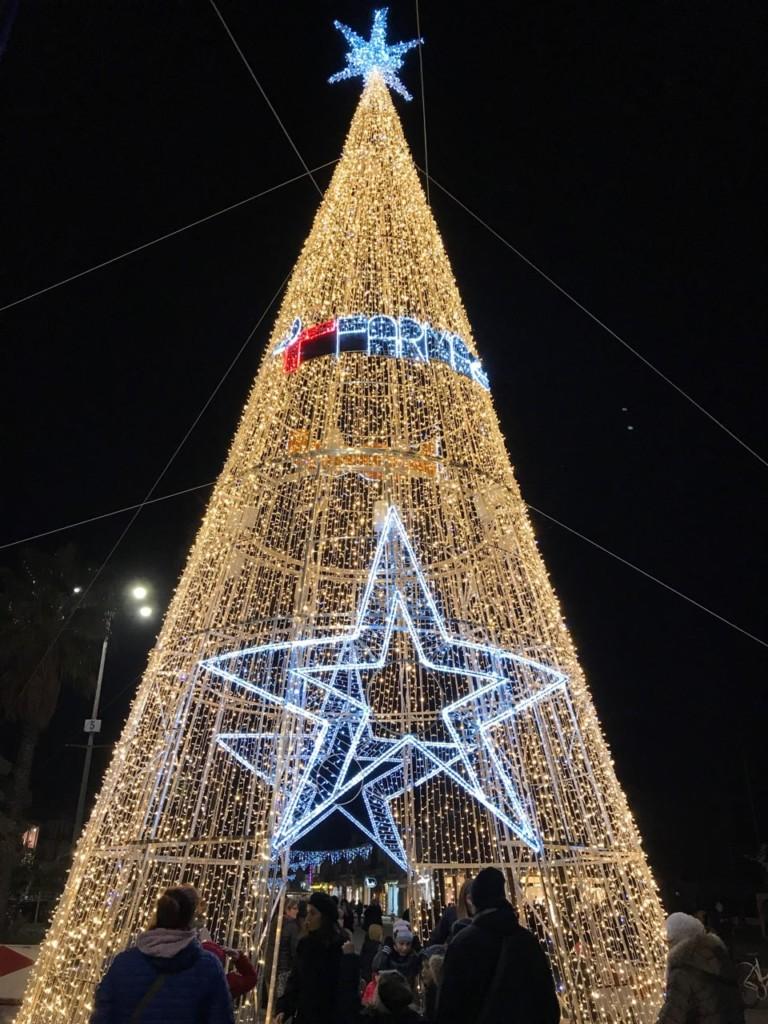 Albero Di Natale Grande.Ecco Il Nuovo Albero Di Natale Della Passeggiata Noitv