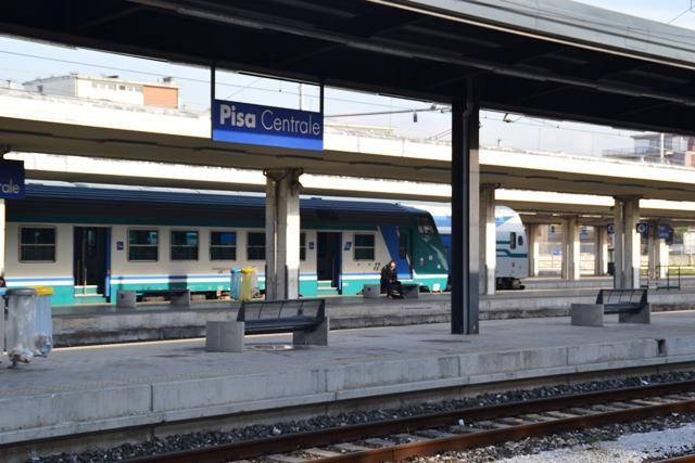 Aggressione sul treno: baby gang aggredisce una ragazza, capotreno e poliziotti